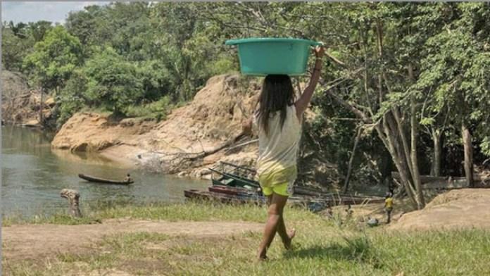 Mujeres adultas, adolescentes y niñas son explotadas sexualmente y como cocineras, lavanderas y ayudantes en centenares de minas ilegales que operan en el sureste venezolano, buscando oro en un contexto de explotación, inseguridad, violencia y fuerte degradación del ambiente. Foto: Bram Ebus/Infoamazonia