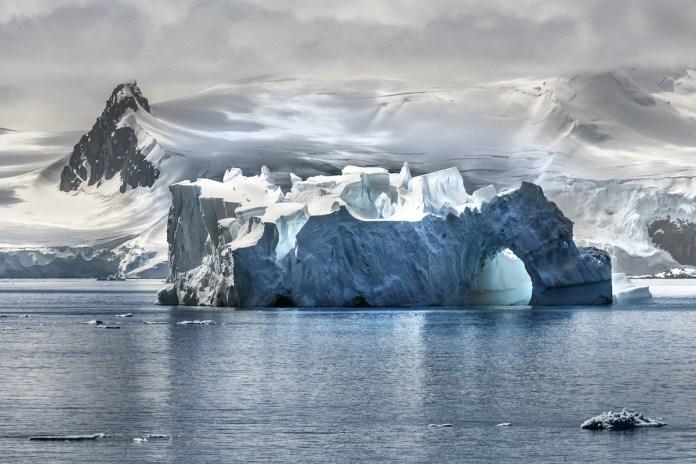 McCurry: Antártida hielos. Retouched Morgan Shortell, Eolo Perfido, Emily Rogers