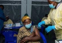 UNICEF/Arlette Bashizi Una mujer recibe su vacuna COVID-19 en la República Democrática del Congo
