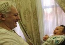 Assange con uno de sus hijos con Stella Moris