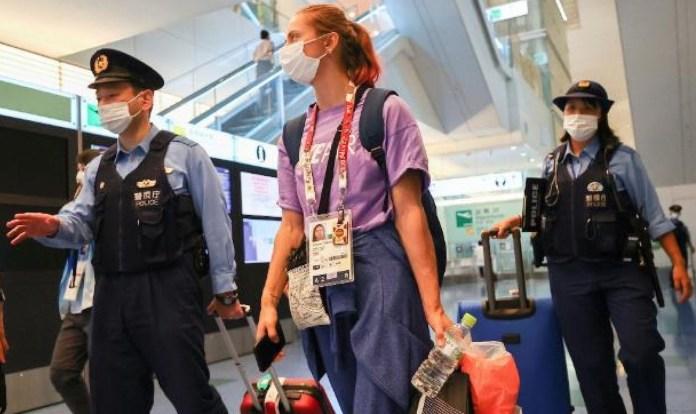 Krystsina Tsimanouskaya protegida por la policía japonesa en el aeropuerto de Tokio