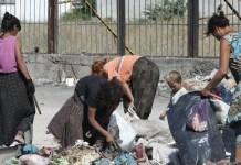 UNICEF/Popov Niños y adultos gitanos trabajando en el vertedero del barrio de Nadezhda, en Bulgaria. Estas familias carecen de oportunidades de empleo, uno de los temas principales del Informe sobre Tendencias del Empleo Mundial de la OIT, 2019