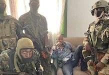 Alpha Condé custodiado por soldados en Guinea-Conakri