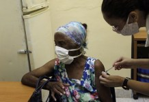 Una adulta mayor recibe la tercera dosis de la vacuna cubana Abdala contra el virus Sars-Cov2, desarrollada por el cubano Instituto Carlos J. Finlay, con sede en La Habana. El gobierno propuso incrementar el ritmo de la vacunación a fin de que en noviembre, 92,6 por ciento de la población mayor de dos años esté inmunizada en el país. © Jorge Luis Baños/IPS