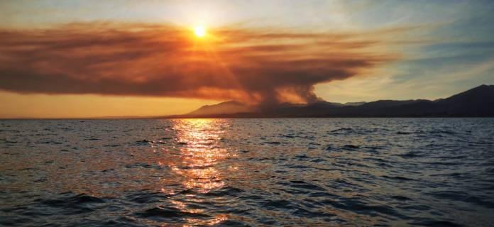 Eugenia Segovia y Paula Taillefer: incendio de Sierra Bermeja visto desde Marbella, zona de Elviria