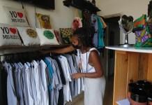 Una emprendedora privada organiza prendas en su tienda Beyond Roots, especializada en la estética afro y las identidades de las mujeres afrodescendientes, en La Habana. © Jorge Luis Baños / IPS