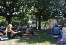 Adultos mayores se ejercitan en la Plaza Francia, como parte de la iniciativa municipal de Estaciones Saludables en parques públicos en la ciudad de Buenos Aires, donde también se realizan controles de salud a personas de más de 60 años. Crédito: Fabiana Frayssinet/IPS