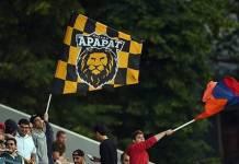 Aficionados ondean el escudo del club y la bandera armenia.