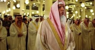 El gran muftí dirige un rezo en una mezquita ante autoridades saudíes.
