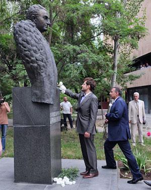 Levon Aronian homenajea a Petrosian en el monumento cerca de la Casa del Ajedrez.