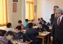 Armenia: el presidente, Serge Sarkissian, observa a unos niños en una escuela donde juegan al ajedrez.