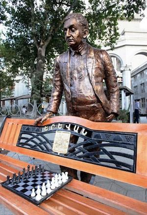 Armenia: Última estatua homenaje a Petrosian, representado de pie