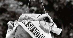 """© Manuel López. Juego de la cucaña en las fiestas en Carballo, A Coruña, junio de 1977. De la exposición itinerante (disponible) """"Manuel López. Imágenes 1966-2006"""""""