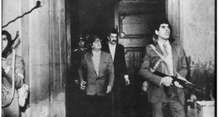 Allende en una de las ultimas fotografías del mandatario chileno en el comienzo del ataque de Pinochet a la sede de La Moneda.