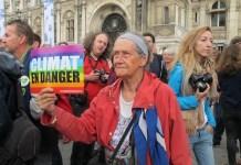 """""""Clima en peligro"""", advierte el cartel de esta manifestante en la Marcha del Pueblo por el Clima, realizada en París, el 21 de septiembre de 2014. Foto: A.D. McKenzie/IPS"""