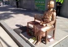 Niña coreana frente a embarra del Japón en Seul