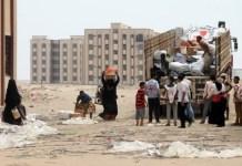 Personal de la Media Luna Roja de Yemen distribuye ayuda a familias desplazadas en la ciudad.