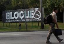 """""""Bloqueo es el más largo genocidio de la historia"""", reza un gran cartel a un lado de una céntrica de La Habana, en que se critica el embargo que Estados Unidos mantiene contra Cuba desde 1962. Crédito: Jorge Luis Baños/IPS"""