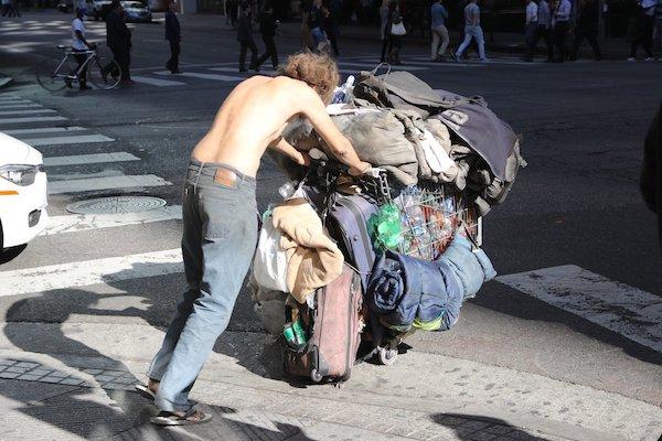 Un indigente camina con sus pertenencias en una calle de EEUU