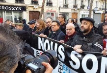 Anthony Bellanger, con gorra y barba, junto a nuestro colega Paco Audije, en la manifestación en París en condena de los atentados contra Charlie Hebdo.