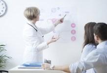 Una ginecóloga explica a una pareja el método de fecundación in vitro. Foto: Bialasiewicz 123RF