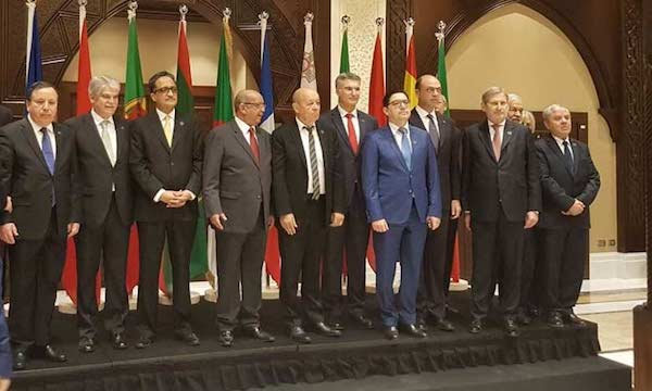 Foto de familia del grupo 5+5 celebrada en Argel. El segundo por la izquierda el ministro español, Alfonso Dastís. También se puede ver al ministro argelino, Messahel en el centro y el marroquí Bourita con chaqueta azul.
