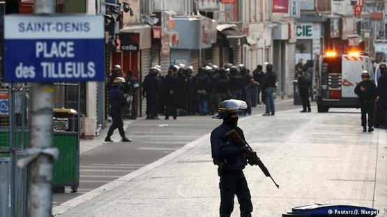 Fuerzas de la policía intervienen en una operación antiterrorista en Saint Denis, París, Francia.