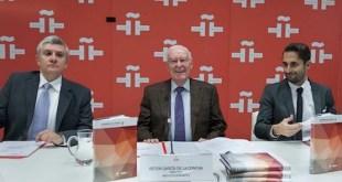 Imagen: El director del Instituto Cervantes, Víctor García de la Concha, flanqueado por los profesores José Montero Reguera (izq.) y David Fernández Vítores.