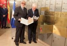 Víctor García de la Concha y Gerardo Piña Contreras depositan el legado de Pedro Enríquez Ureña en la Caja de las Letras del Instituto Cervantes en Madrid