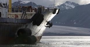 El buque frigorífico Frío Arkhangelsk fotografiado por Greenpeace en Bellsund dentro de las fronteras del parque nacional en la costa oeste de Spitsbergen.