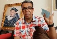 El periodista Hamid El Mahdaoui junto a un retrato del histórico líder rifeño Abdelkrim.