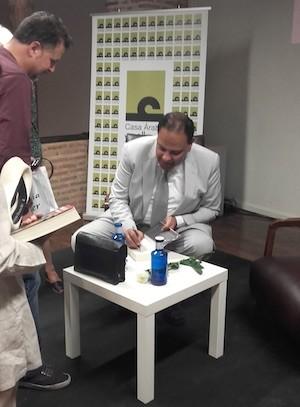 Al Aswany firma libros en Segovia