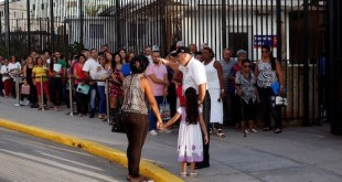 Una fila de personas esperan en la capital de Cuba para realizar trámites de emigración en la Embajada de Estados Unidos, reabierta este año después que los dos países restablecieron relaciones diplomáticas. Crédito: Jorge Luis Baños/IPS