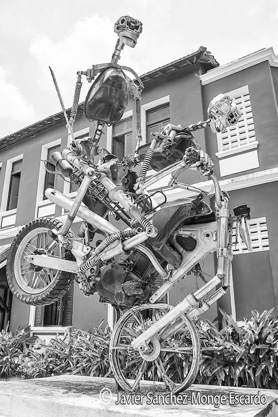 Javier Sánchez-Monge: escultura moderna que se halla delante de la universidad de Bellas Artes de Phnom Penh, Camboya.