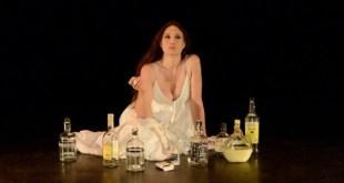 """Maria Botto en el escenario en la obra """"Entre tu deseo y el mío"""""""