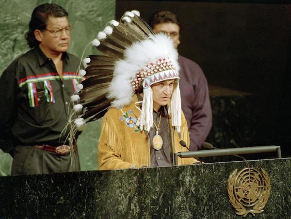 El jefe ovide Mercredi participa en la ceremonia de la Asamblea General de Naciones Unidas que marca el inicio del Año Internacional de las Poblaciones Indígenas del Mundo. 10 Dic 1992. ONU / Eskinder Debebe.