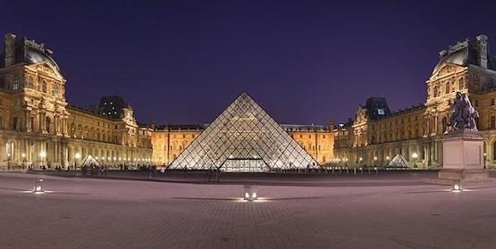 Museo del Louvre, París, vista nocturna de la Pirámide
