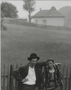 Couple, Rucăr, Romania [Pareja, Rucăr, Rumanía], 1967. Copia a la gelatina de plata. Philadelphia Museum of Art, Filadelfia. The Paul Strand Retrospective Collection, 1915-1975, donación de los herederos de Paul Strand, 1980-21-488 © Aperture Foundation Inc., Paul Strand Archive