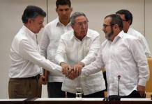 El presidente de Colombia, Juan Manuel Santos (i), el mandatario de Cuba, Raúl Castro (c), y el jefe de las FARC, Timoleón JIménez (d) en La Habana. / Foto: ANDES/AFP