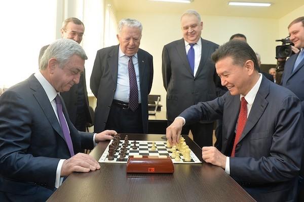 El presidente armenio, Serge Sarkissian –izquierda- juega con el presidente de la FIDE.