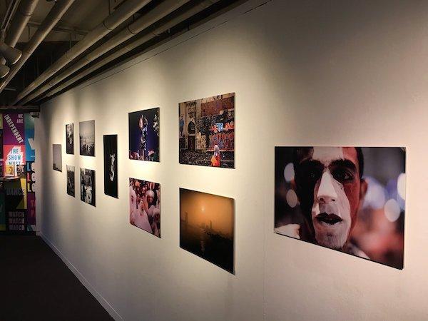 Fotos realizadas por Shawkan expuestas en el Centro de Artes de Watermans, en Brentford, cerca de Londres.