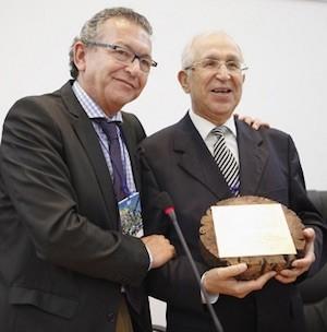 El entonces presidente de la APCG, Estanislao Ramírez, entrega un obsequio a Mohamed Larbi Messari (derecha) en el último Congreso de Periodistas del Estrecho al que asistió en mayo de 2011 en Tetuán'. Foto APCG