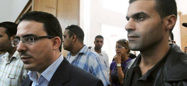 Taoufik Bouachrine, izquierda, junto al caricaturista Khalid Gueddar en una pasada comparecencia judicial en 2009.