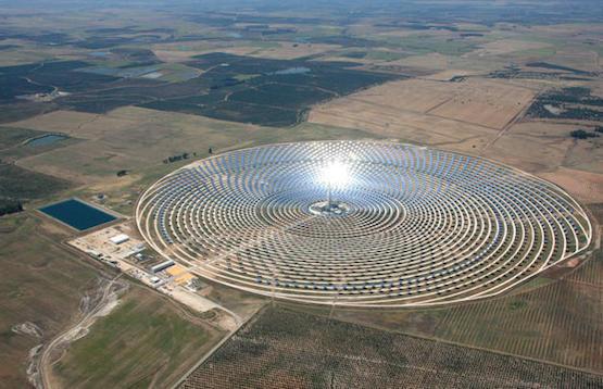 Torresol Energy ha diseñado una planta comercial que concentra la irradiación solar captada en espejos en una torre.