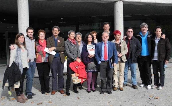 Conrado Granado, con corbata roja, posa delante de Pedro Sánchez y dirigentes del PSOE local en Tres Cantos, el 7 de mayo de 2011
