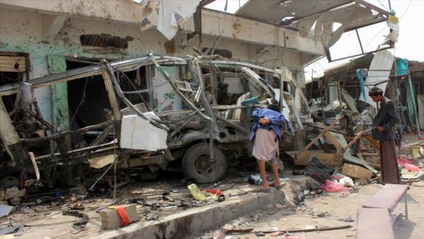 Niños entre ruinas en ciudades yemeníes