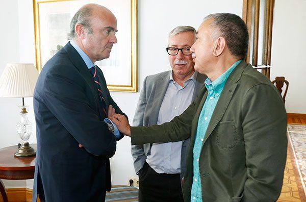 El ministro Luis de Guindos con los secretarios generales de UGT y CCOO en la UIMP en Santander
