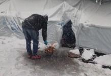 Refugiados se protegen en tiendas de Acnur de las nevadas en los Balcanes