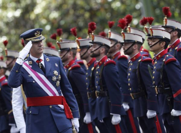 El rey Felipe VI pasa revista a una compañía del Ejército