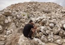 Un refugiado iraní se encuentra en una mina de fosfato abandonada en Nauru. Los refugiados tienen prohibido hablar con periodistas en Nauru, por lo que este individuo tenía que ser entrevistado en secreto en una mina de fosfato abandonada. Se bromeó oscuramente en Nauru que los refugiados son la nueva fosfato, es decir, la industria es crucial para la supervivencia económica del país. © Rémi Chauvin